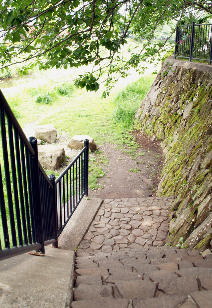 野川の河川敷に下りる石段