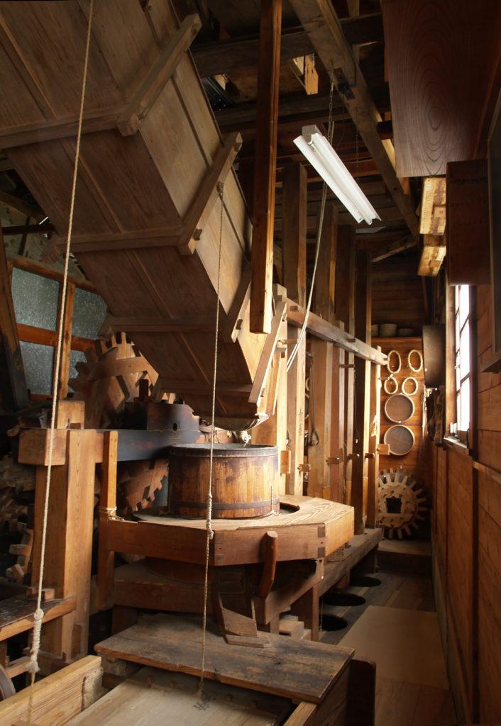三鷹 野川の水車農家・しんぐるま 水車の裏側で精米をする設備