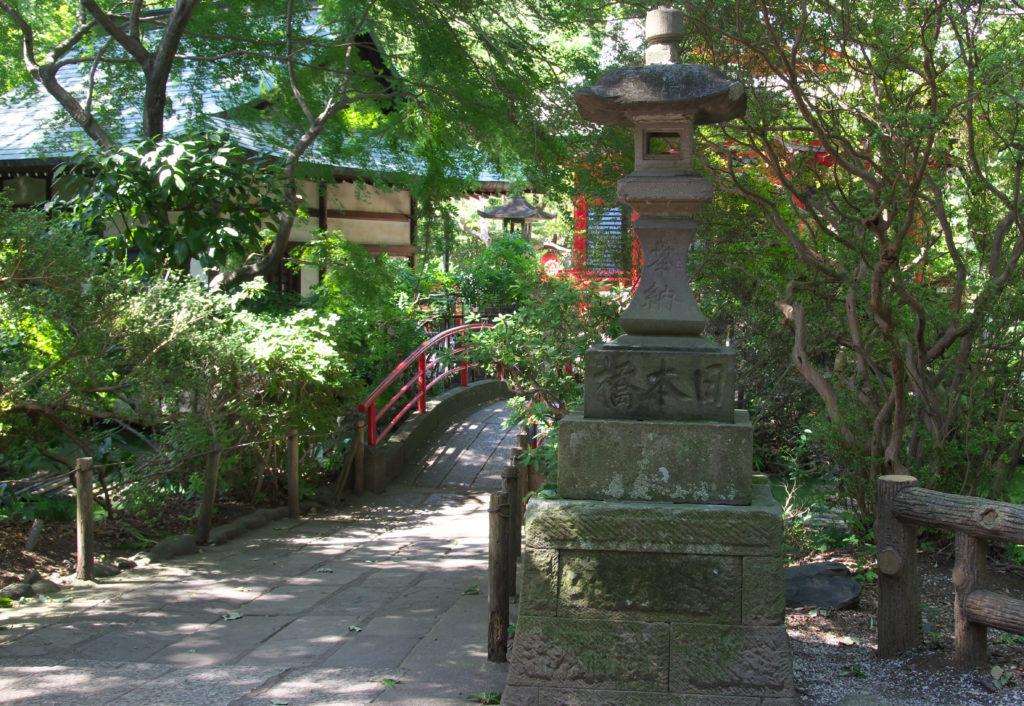三鷹 井の頭弁財天 石灯籠と太鼓橋