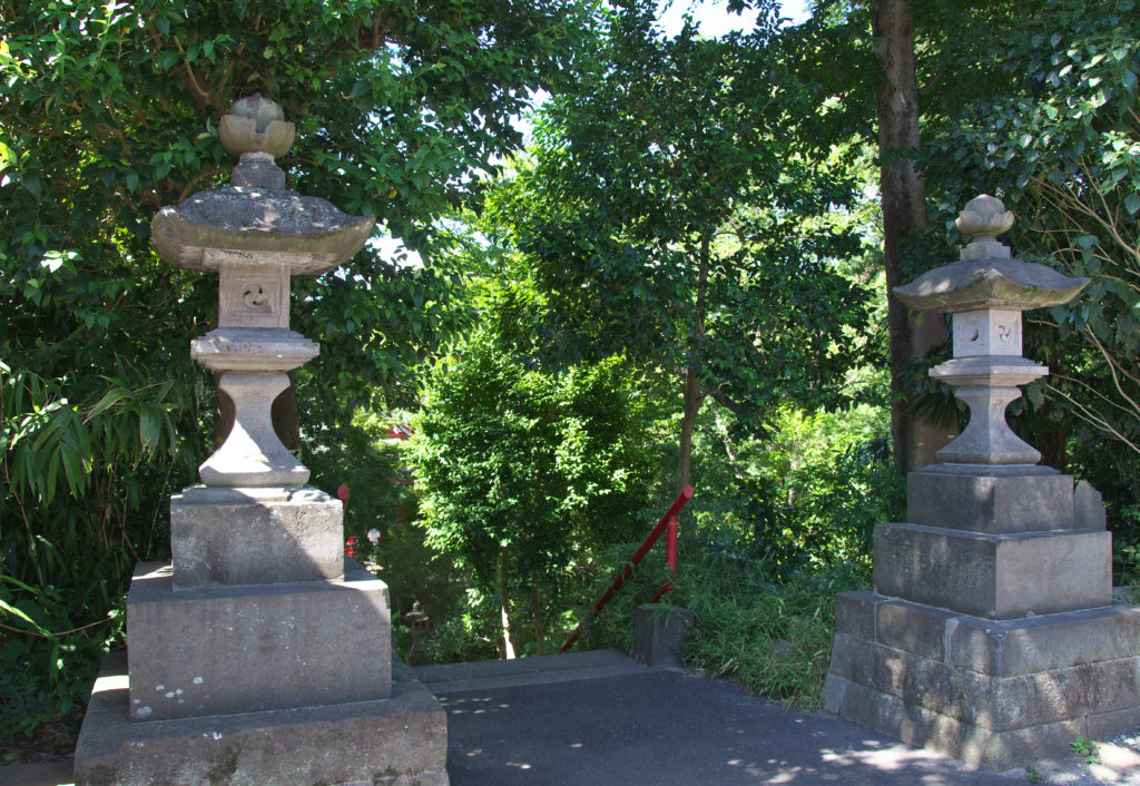 三鷹 井の頭弁財天 紫灯籠、江戸の商人が寄進
