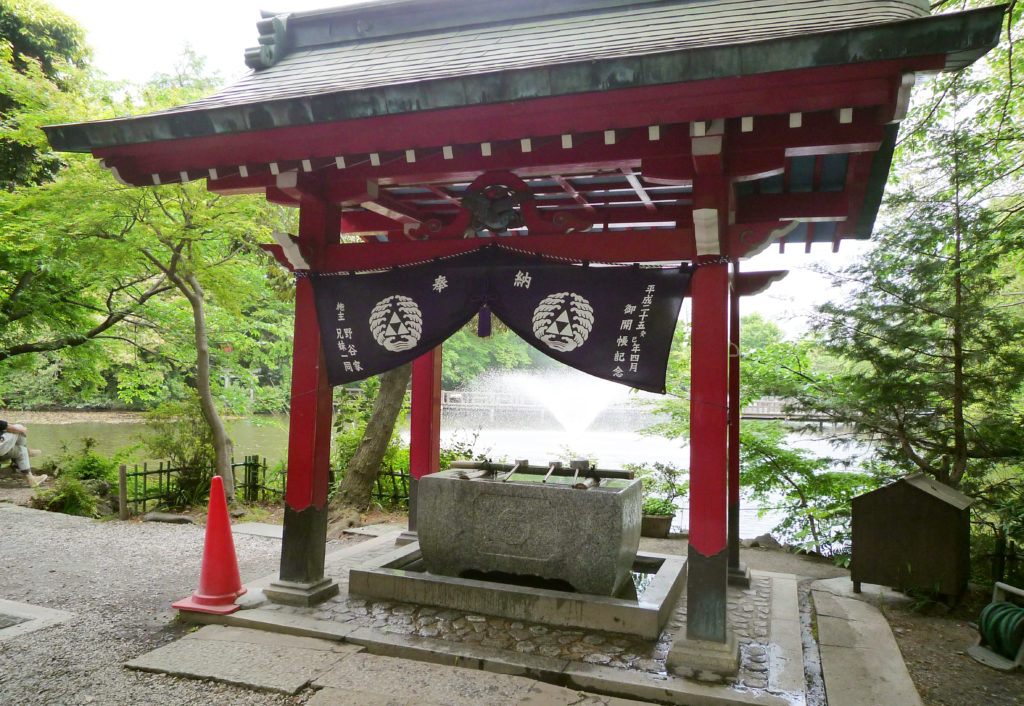 三鷹 井の頭弁財天 本堂の裏手にある手水舎