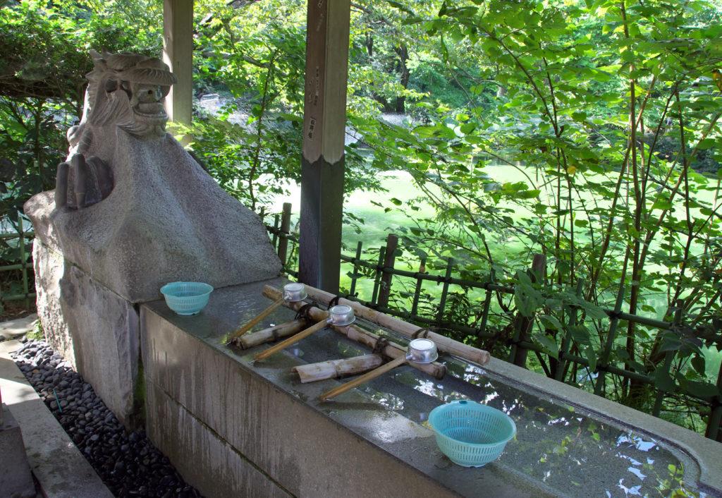 三鷹 井の頭弁財天 龍の姿をした銭洗い弁天