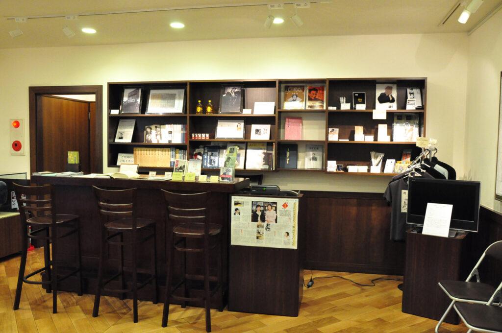 三鷹 太宰治文学サロン 太宰治が訪れた銀座のバー「ルパン」の店内を模してある