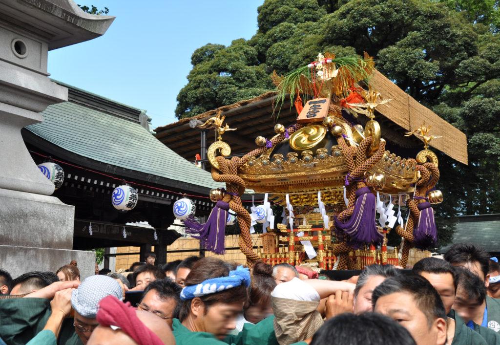三鷹八幡大神社 宮出し、境内から参道に向かう神輿