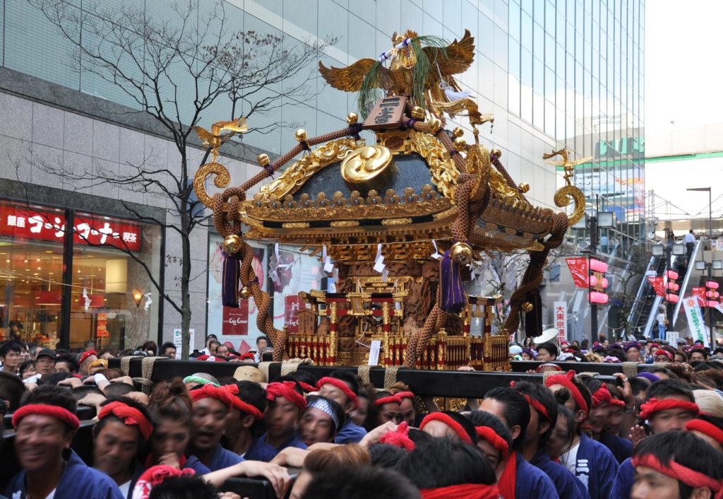 三鷹八幡大神社 三鷹コラルの前を練り歩く二宮神輿