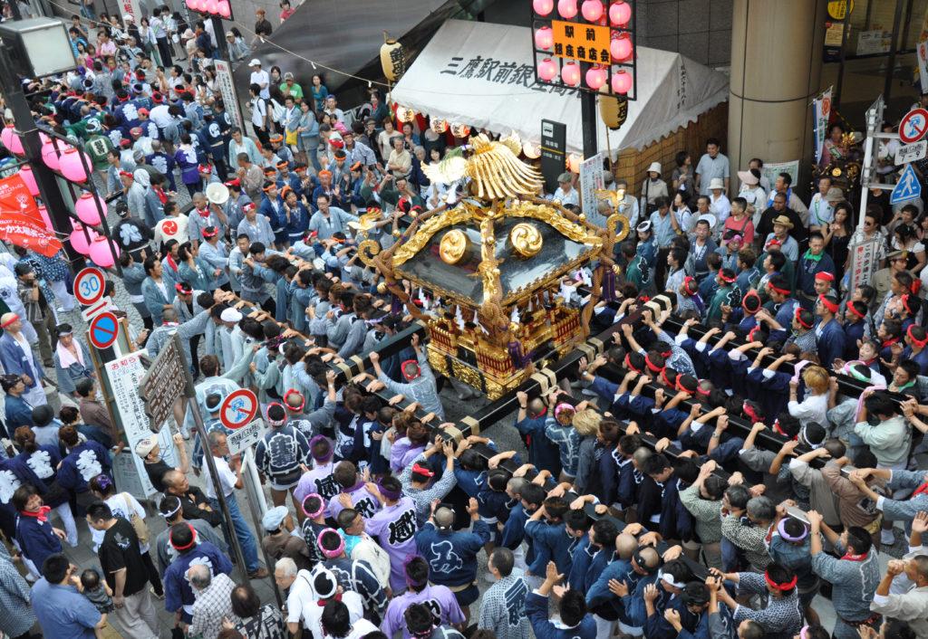 三鷹八幡大神社 三鷹駅からコラル前を進む二宮神輿