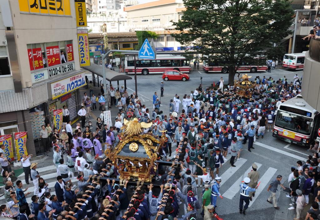 三鷹八幡大神社 三鷹駅ロータリーに入っていく二宮神輿