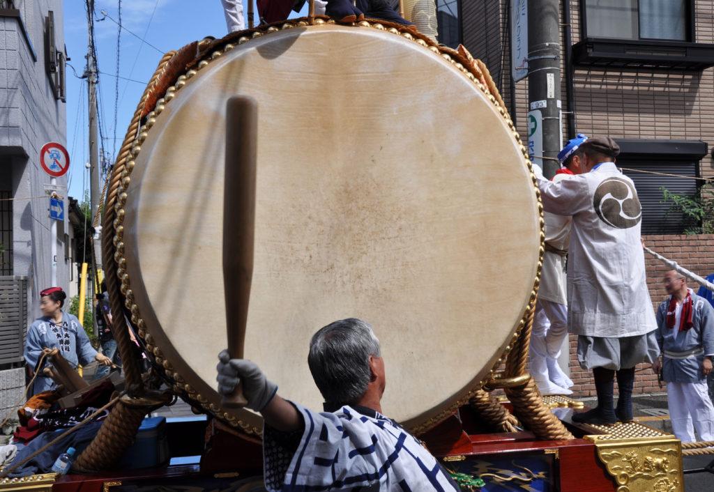 三鷹八幡大神社 人の背より高い大太鼓