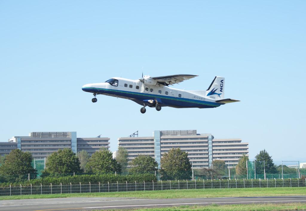 調布飛行場 伊豆諸島便で運用されている中型のプロペラ機