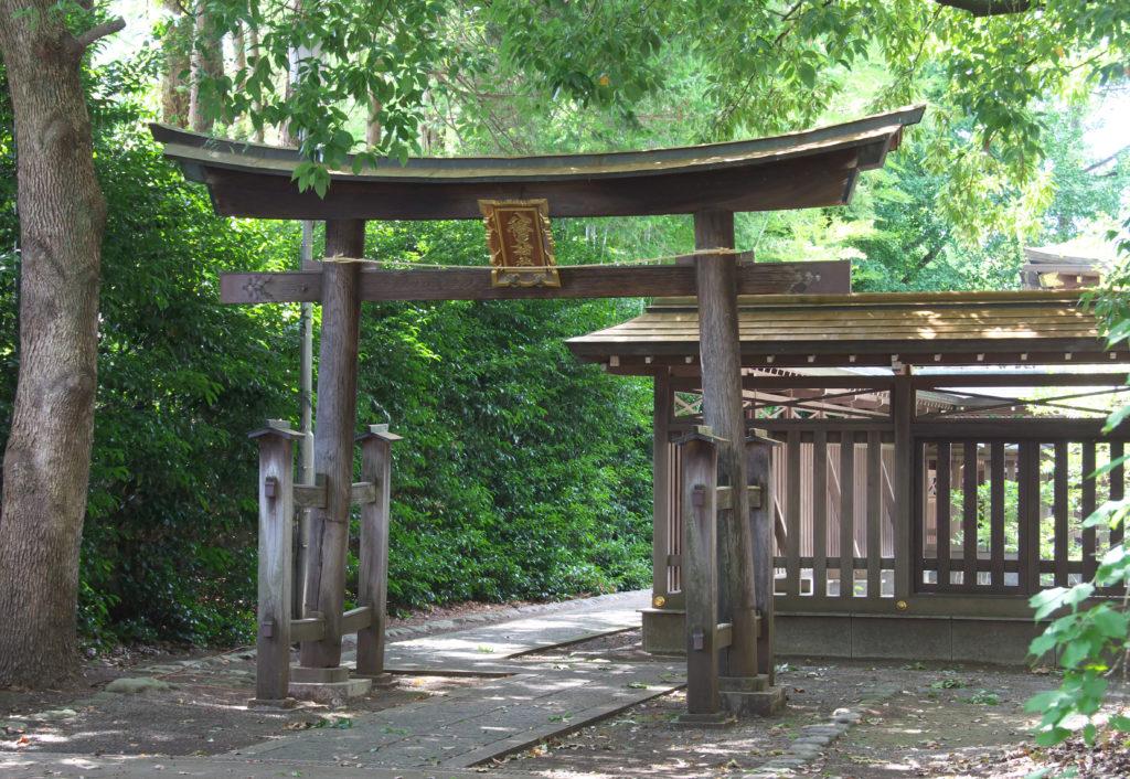 三鷹八幡大神社 本殿裏にある木で作られた鳥居