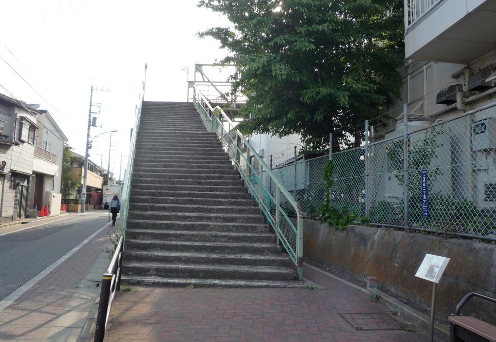 陸橋・三鷹電車庫跨線橋 太宰治がよく訪れた陸橋に上がる階段