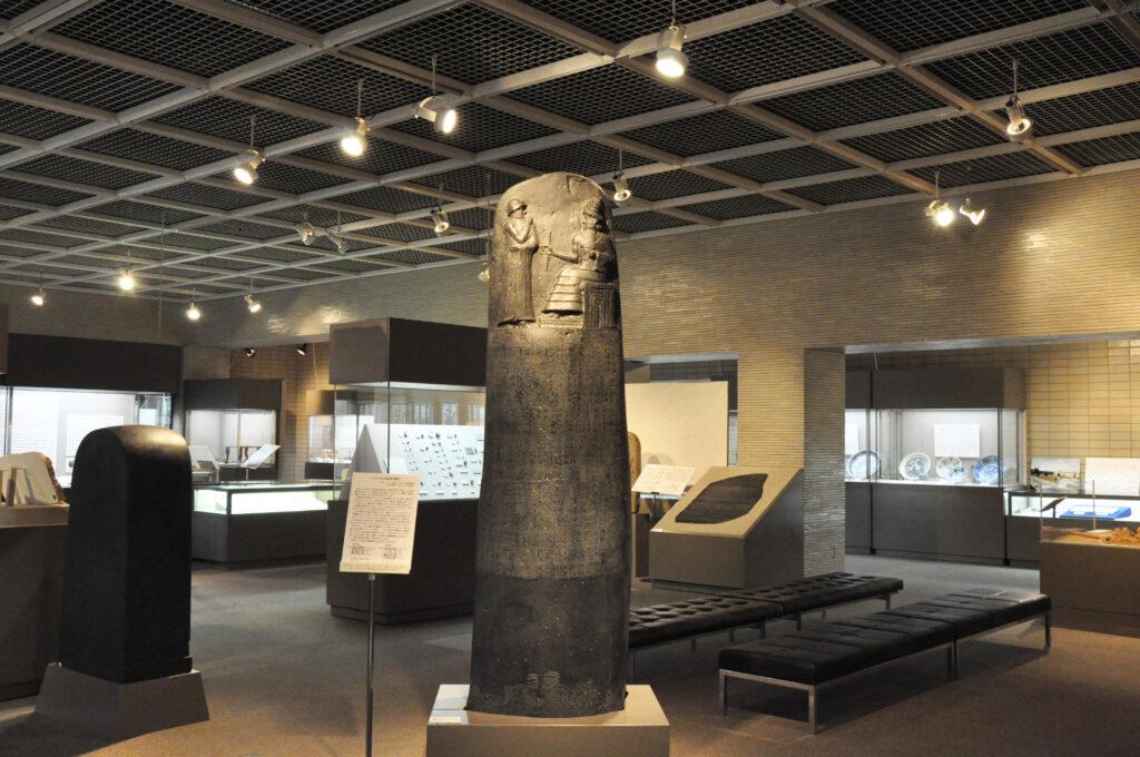 三鷹 中近東文化センター 高さ2.5mのハンムラビ法典のレプリカ