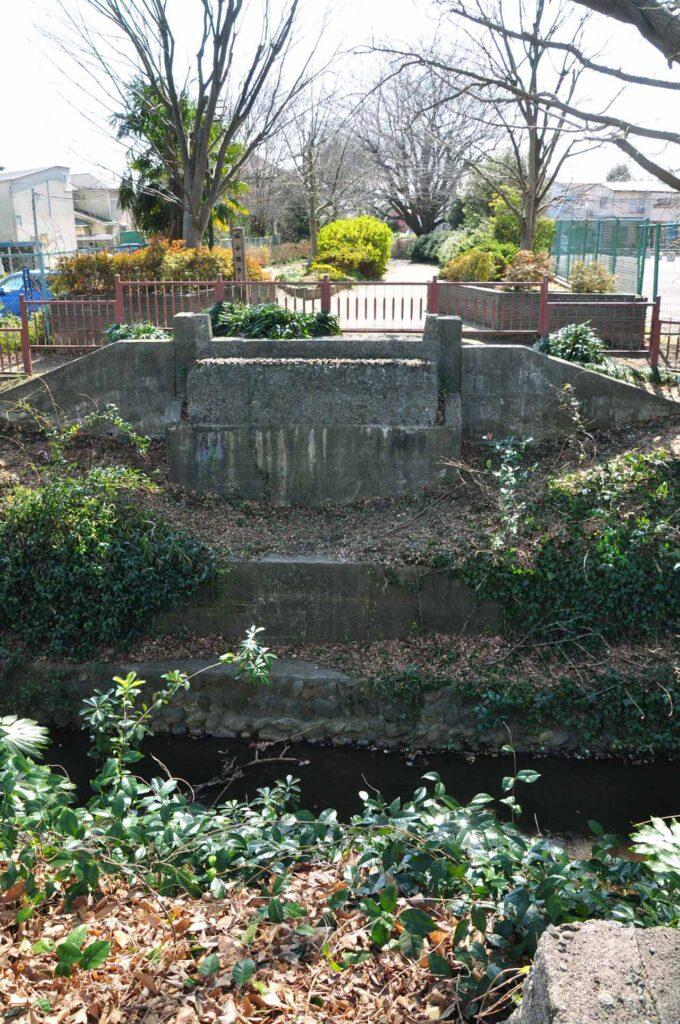 三鷹 堀合遊歩道 かつてあった武蔵野競技場線鉄道橋の跡