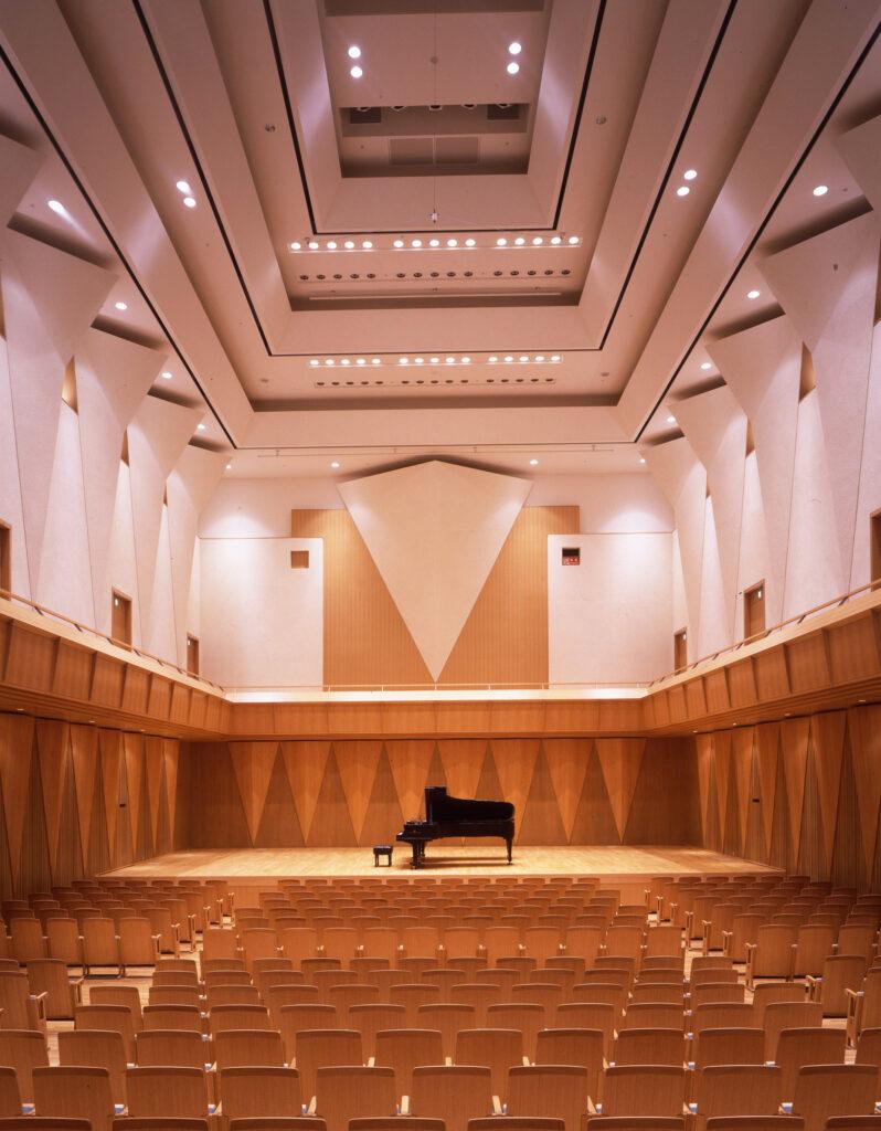 三鷹 三鷹市芸術文化センター シューボックス型の625席の風のホール 音響効果を考慮して作られた天井と壁面