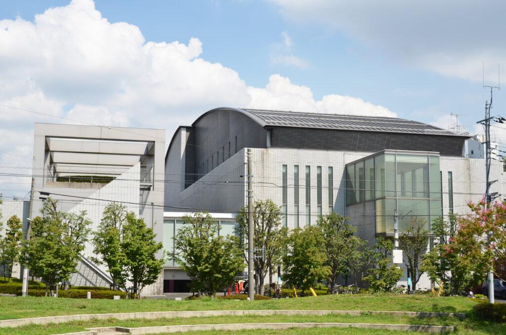 三鷹 三鷹市芸術文化センター 芸術文化センターの隣には連雀中央公園があります