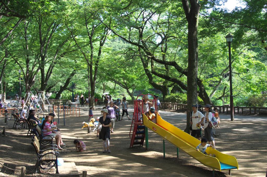 井の頭公園 池に面した遊び場