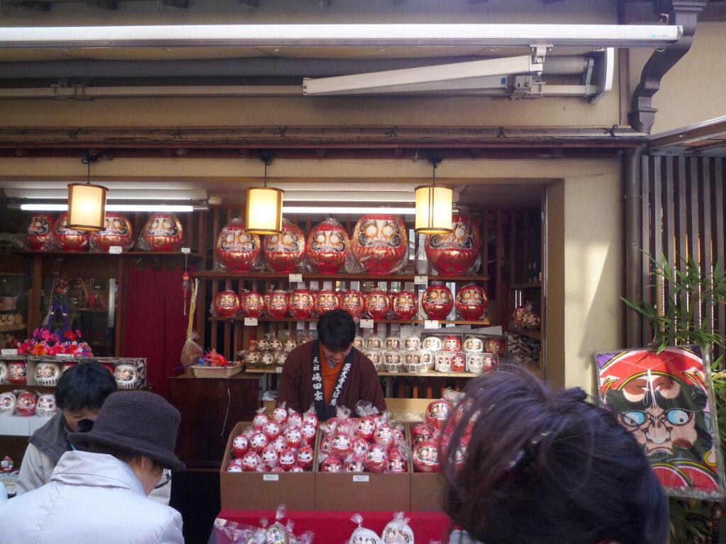 調布 深大寺参道 毎年3月にはだるま市が開かれる