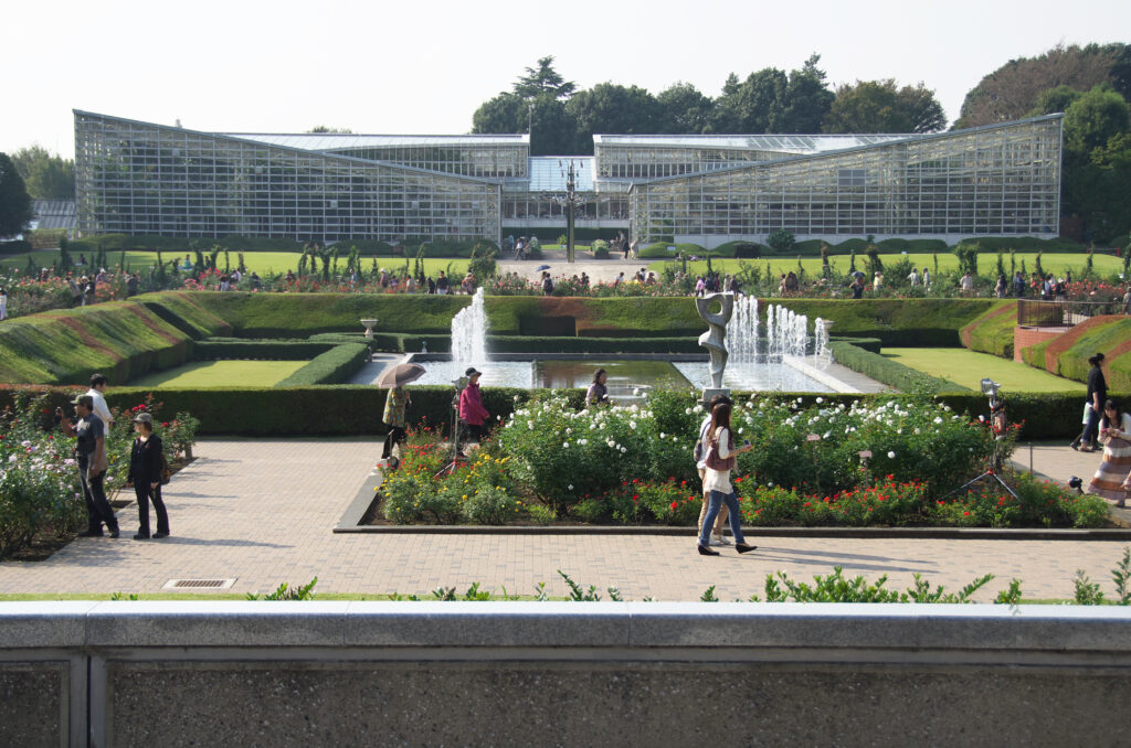 調布 神代植物公園・バラ園 大噴水の先に見える大温室、南国の植物が見られる
