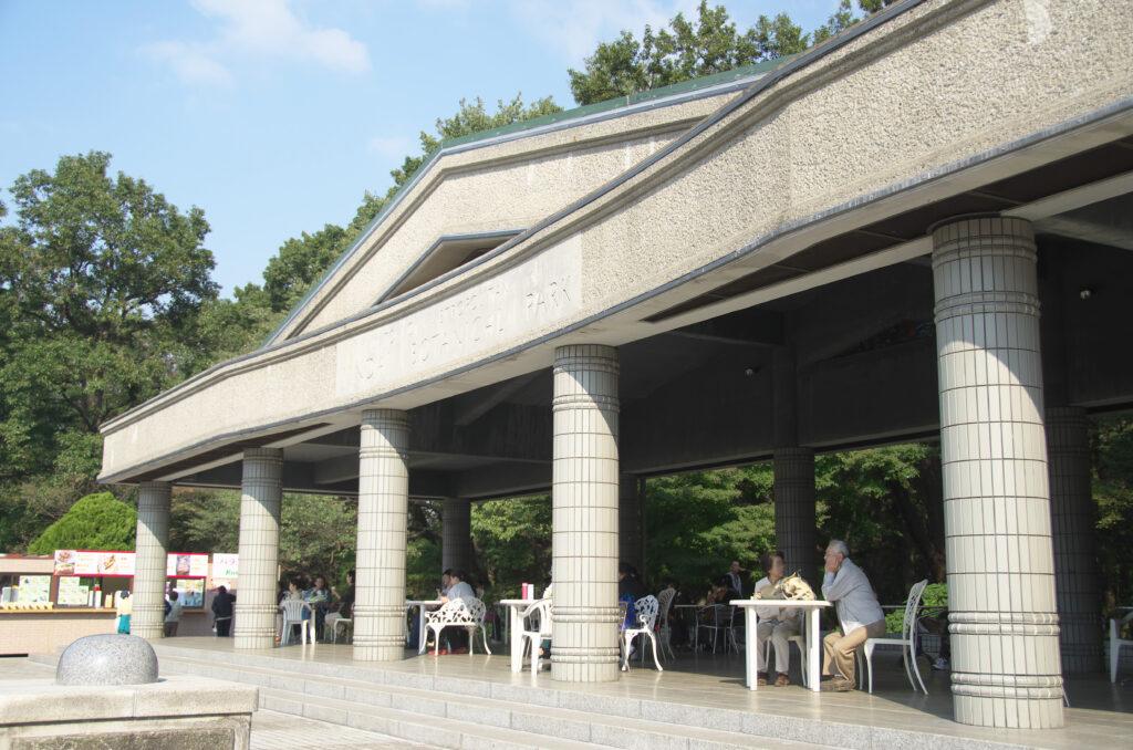 調布 神代植物公園・バラ園 休憩場所からは大噴水やバラ園が一望できます