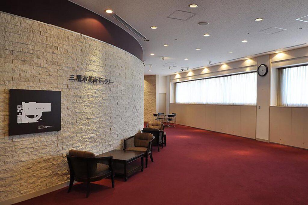 三鷹 三鷹市美術ギャラリー ロビーは高級感のある曲面の壁が特徴で開放的なスペースです