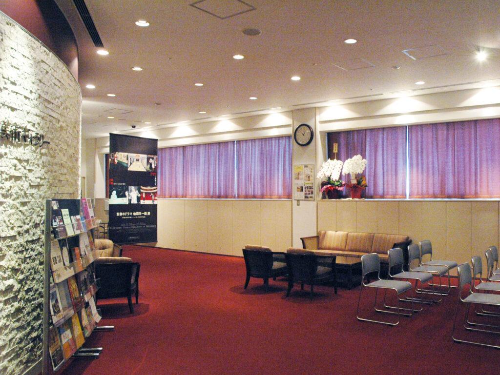 三鷹 三鷹市美術ギャラリー ゆっくりとくつろげる待合スペース