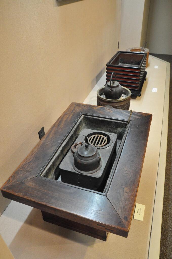 三鷹 ICU 湯浅八郎記念館 長火鉢や階段箪笥など昭和の生活を感じさせる展示物