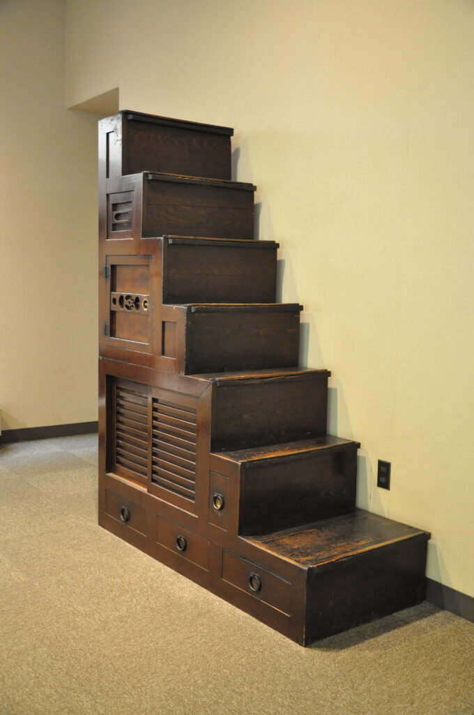 三鷹 ICU 湯浅八郎記念館 商家などでよく使われた階段箪笥