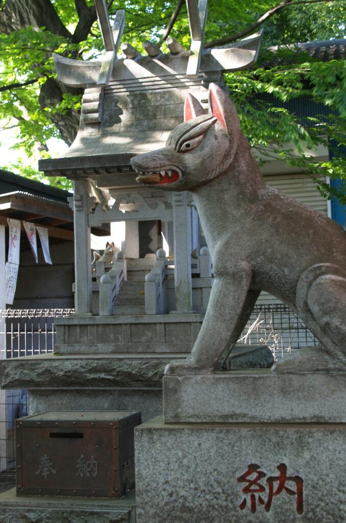 三鷹 勝渕神社・兜塚 狐の像