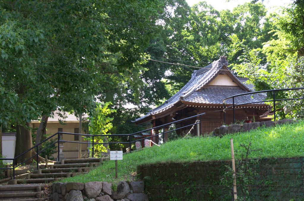 三鷹 勝渕神社・兜塚 みはらしやま公園から見える拝殿