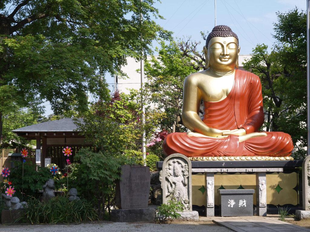 三鷹 春清寺・柴田勝重墓 鮮やかな金色の大仏様